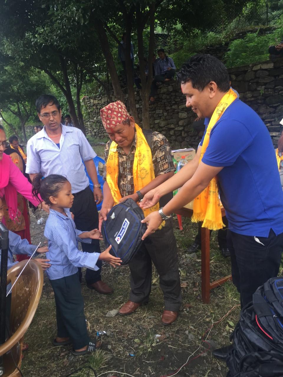 जनता बैंकद्धारा लमजुङका विद्यार्थीहरुलाई स्कुल ब्याग वितरण