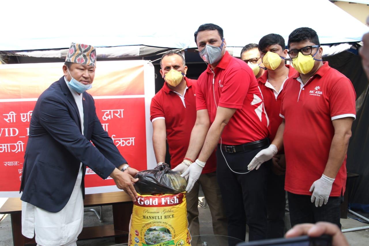 एन आई सी एशियाद्वारा दैनिक ज्याला मजदुरी गर्नेका लागि खाद्यान्न वितरण