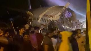 १९१ यात्रु बोकेको विमान केरलाको कालीकट विमानस्थलको रनवेमा चिप्लिँदा दुई टुक्रा, पाइलटसहित दुई जनाको मृत्यु