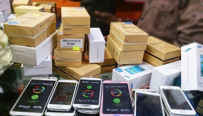 व्यवसायी भन्छन, 'मोबाइलको अभाव छ',तथ्याङ्क भन्छ,'आयात बढिरहेको छ',के हो रहस्य ?